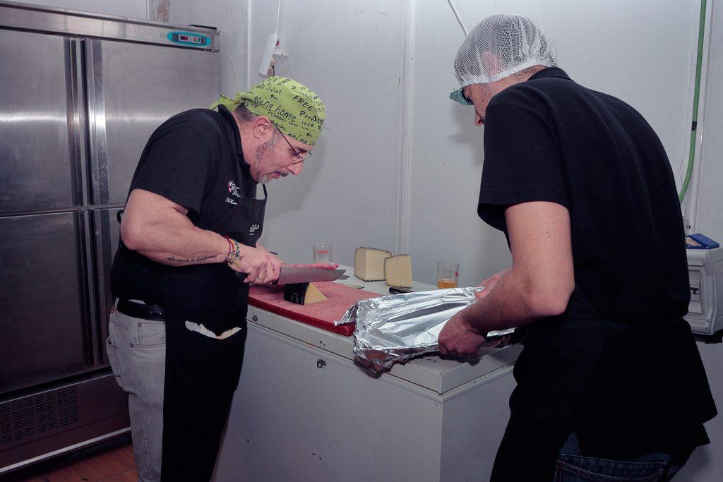 Cortando queso baraca Peña el Almirez