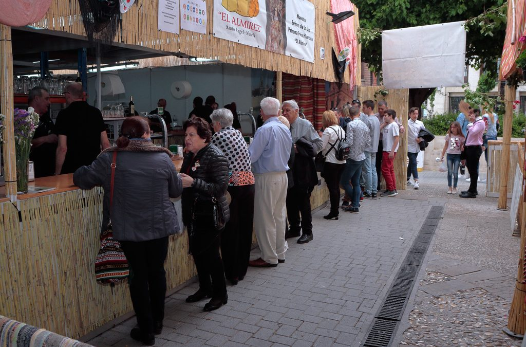 La peña «El Almirez» presenta por primera vez una barraca huertana con menú para celíacos