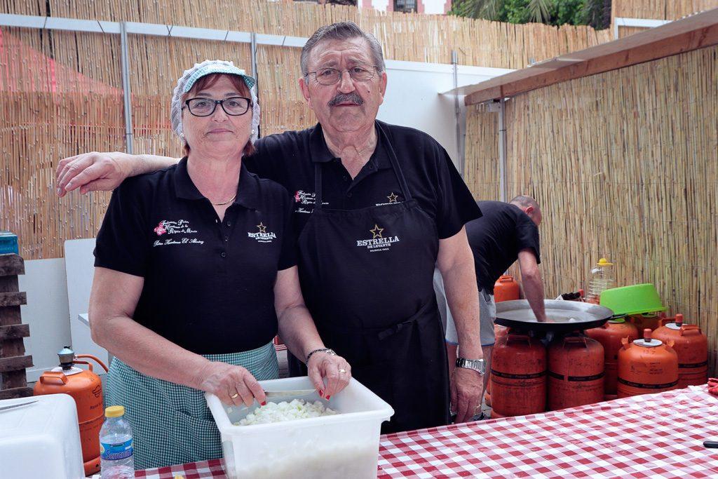 Isa y Joaquín cortando cebollas