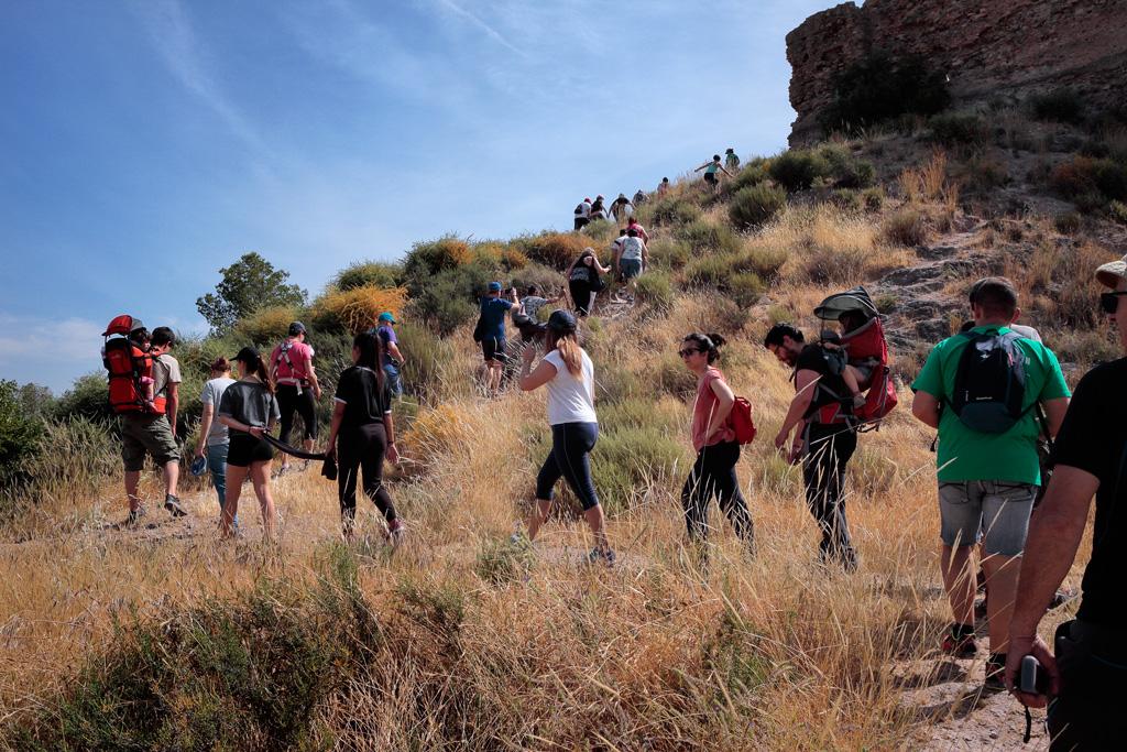 Asistentes durante el trayecto de subida hacia el Castillo de La Luz.