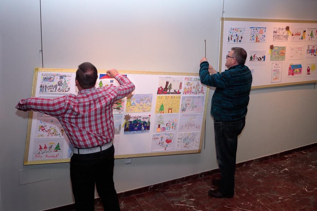montaje exposición postales de Navidad en el Centro Municipal