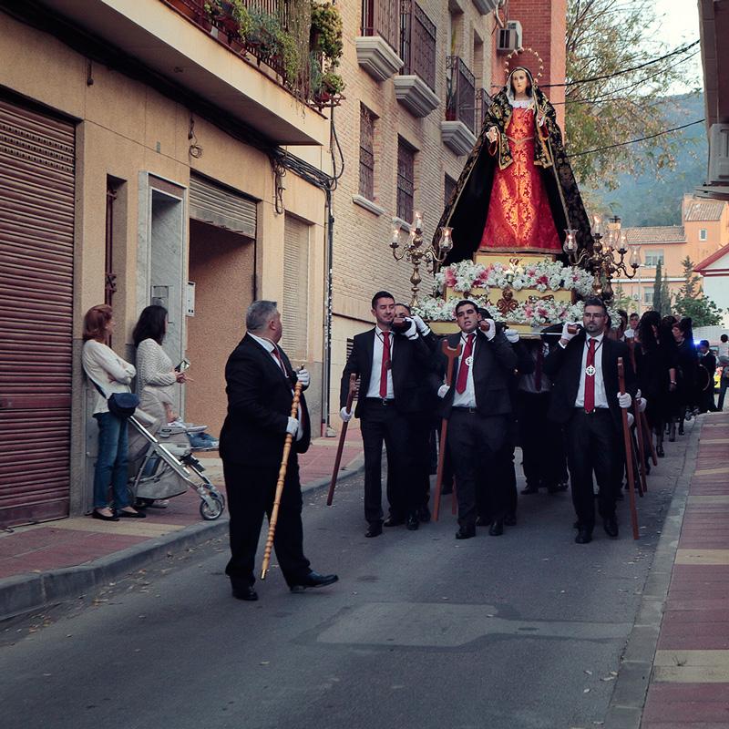 La procesión a su paso por el pueblo