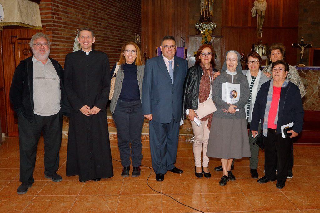 Foto de grupo con Alicia, vecinos y los curas de Santo Ángel y algezares