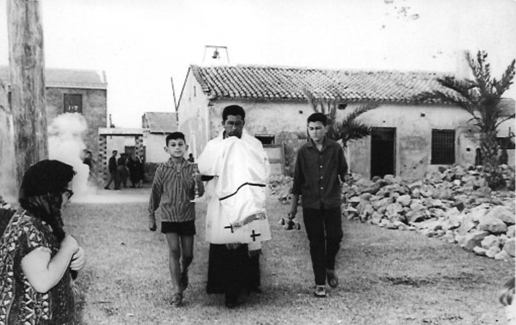 D. Manuel, acompañado por los monaguillos