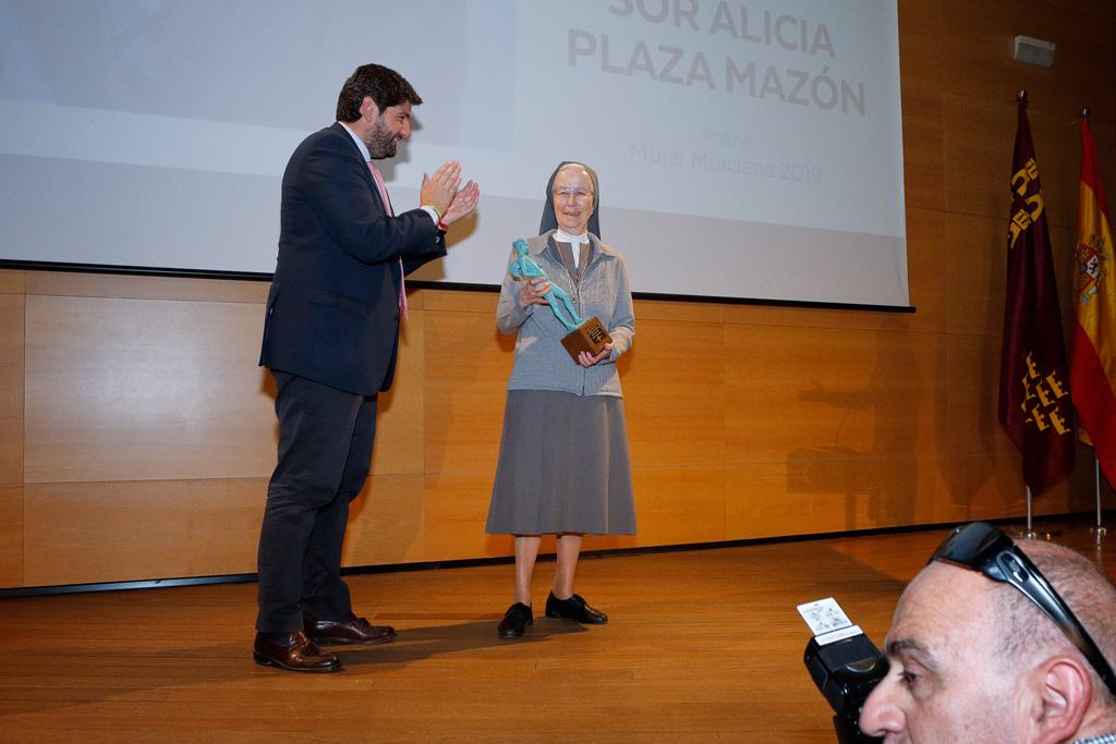 Presidente entrega premio Alicia Plaza