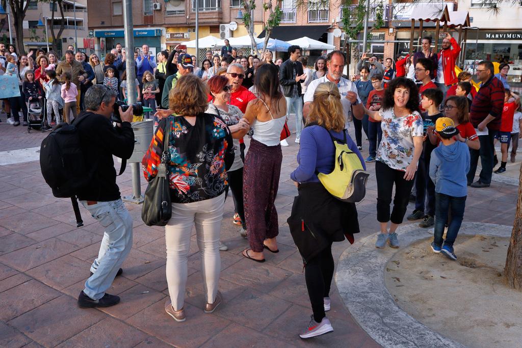 Vecinos reciben a Eugenia Gil Ballester en la plaza del Charco