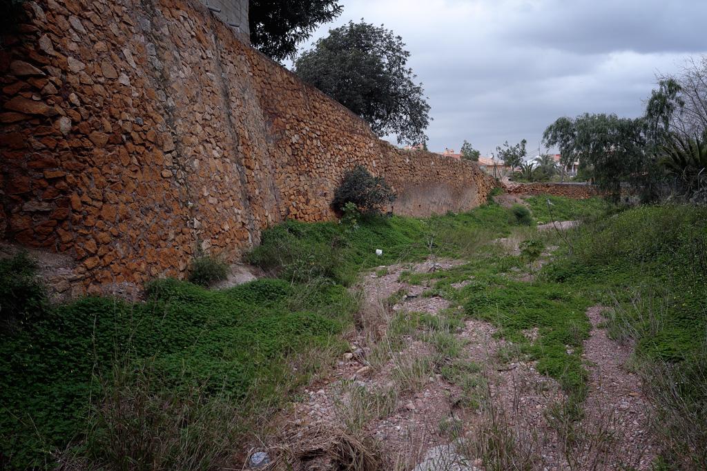 Rambla del Sordo en la entrada del pueblo de Santo Ángel