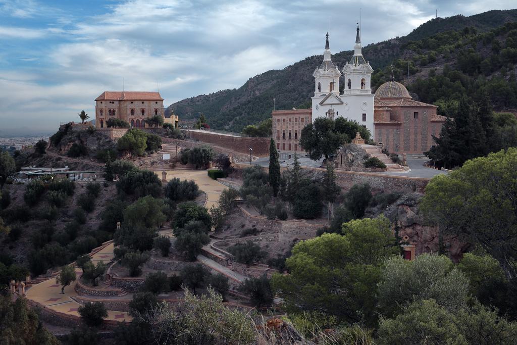 Santuario de la Fuensanta, al fondo la casa de los Canónigos