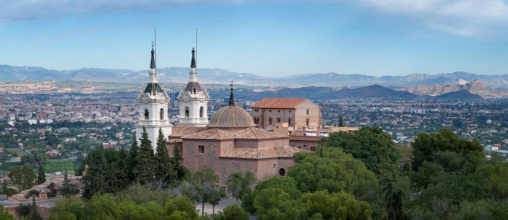 El Santuario de la Fuensanta, declarado Bien de Interés Cultural y al fondo la ciudad de Murcia