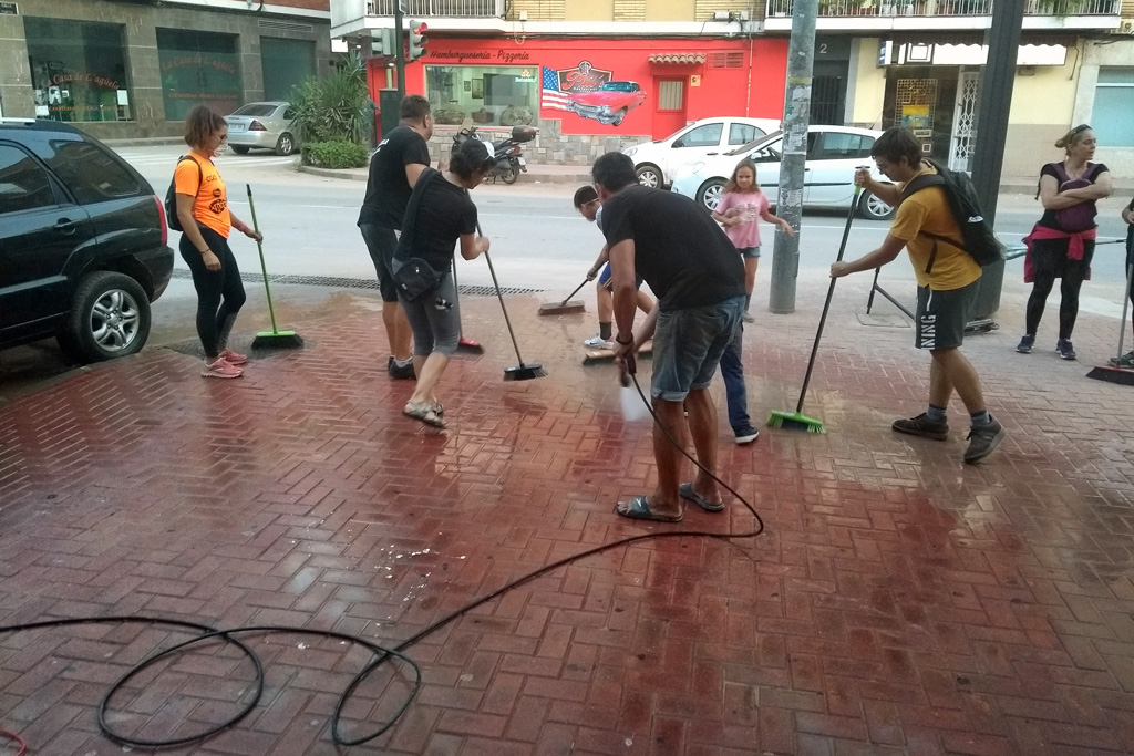 Vecinos unidos limpiando acera Mercachina