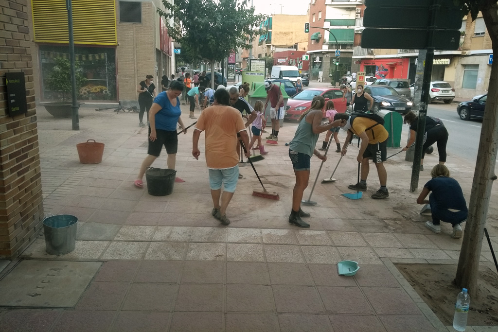 Vecinos limpiando avda. Juan Carlos I