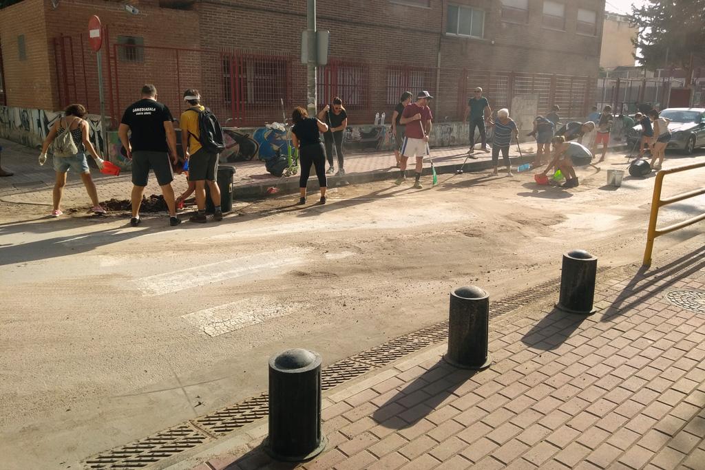 Vecinos limpiando la zona del colegio