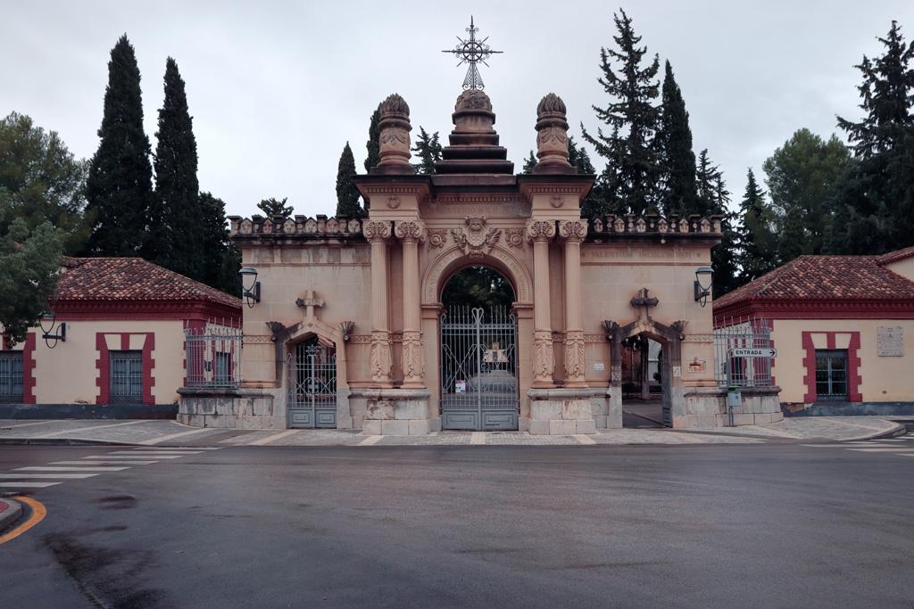 Puerta principal del cementerio de Nuestro Padre Jesús