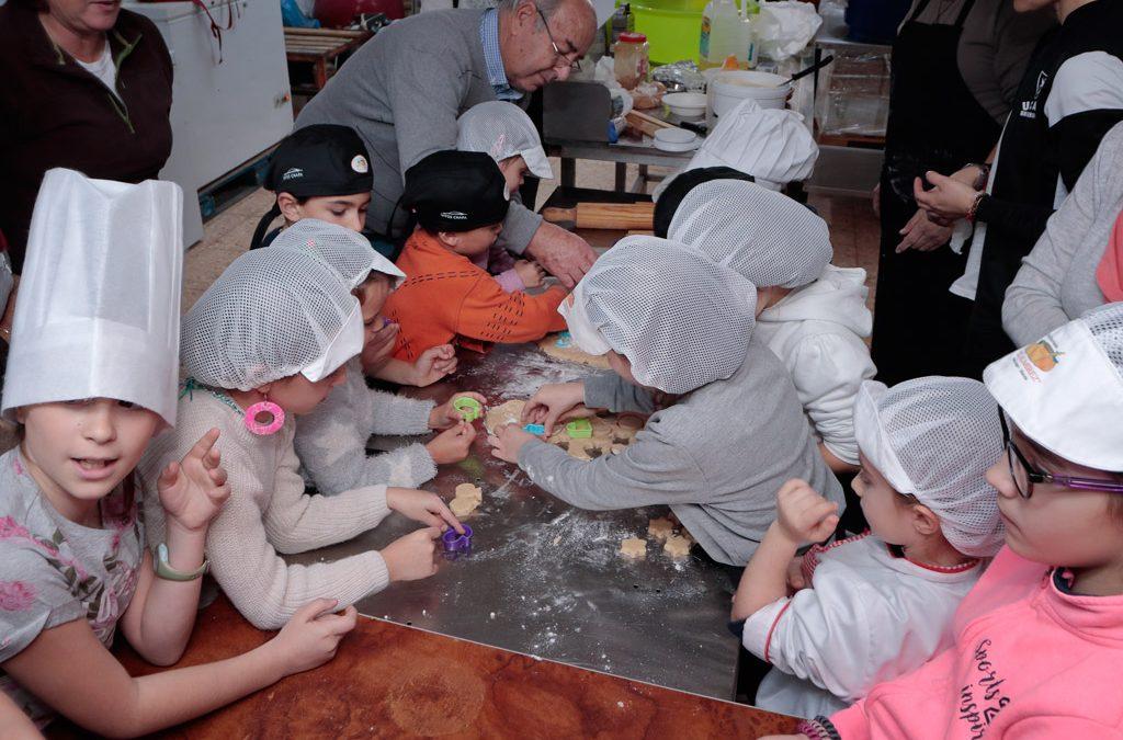 Fotografías del taller infantil de dulces navideños murciano