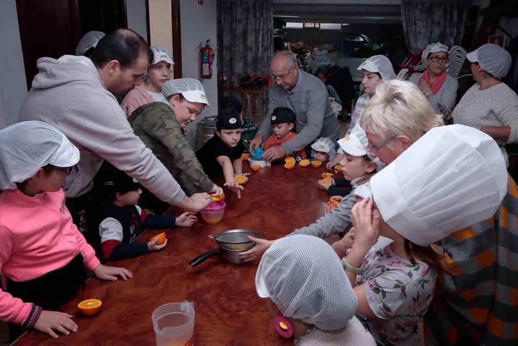Taller dulces navidad exprimiendo naranjas