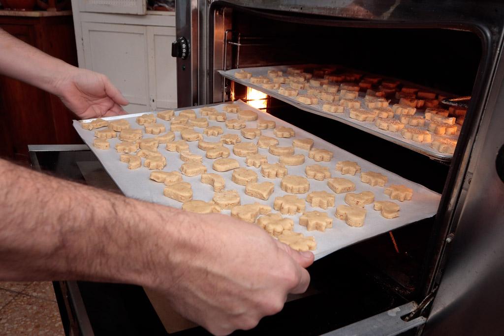 Taller mantecados de Navidad entrando al horno