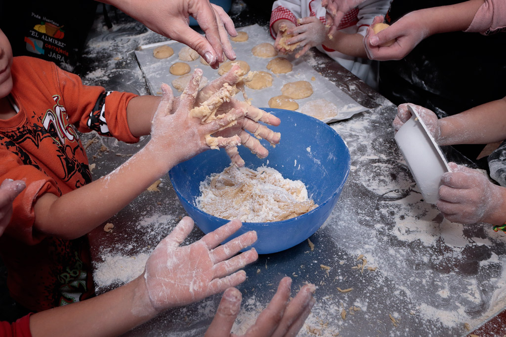 Tortas de naranja manos pegajoso