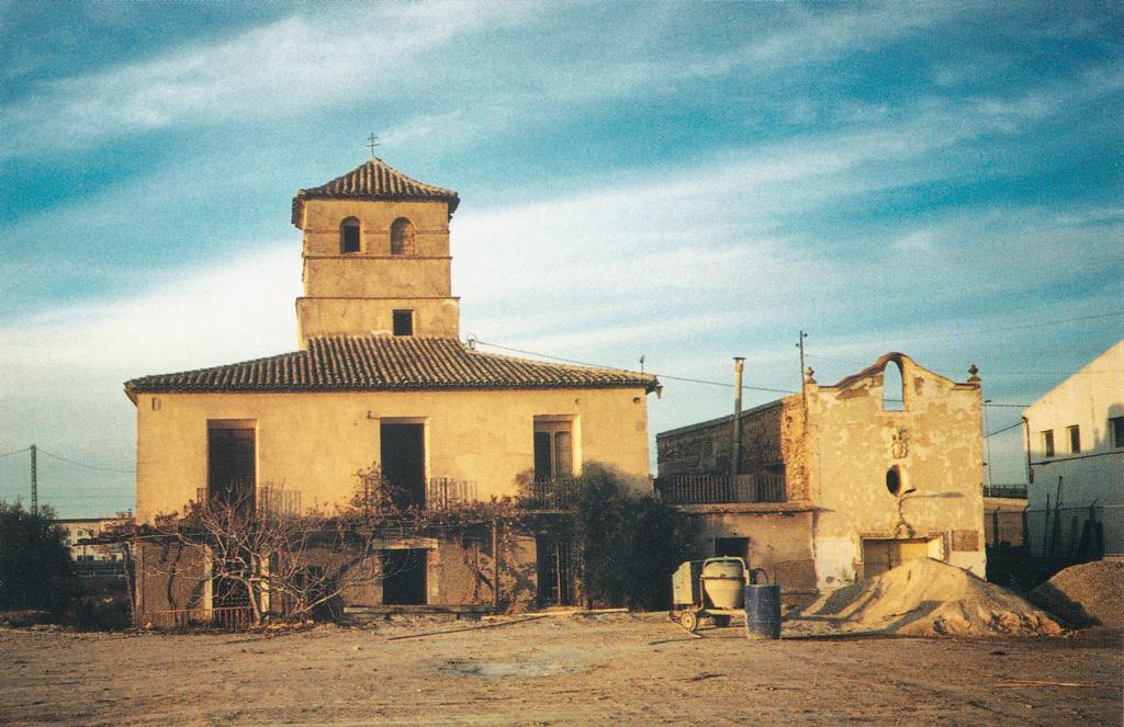 La casa torre junto con la ermita