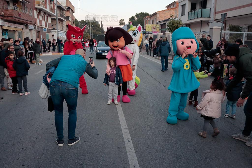 Pocoyo y sus amigitos cabezudos animando los críos en la calle