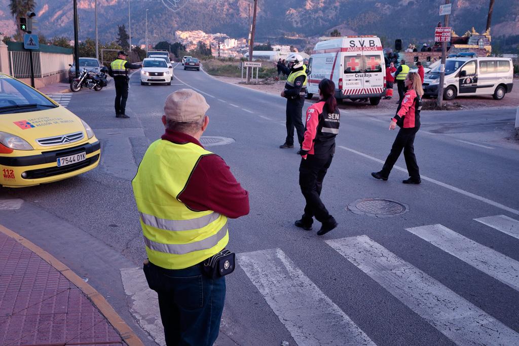 Policia, Proteccion Civil y Cruz Roja en el cruce de Patiño