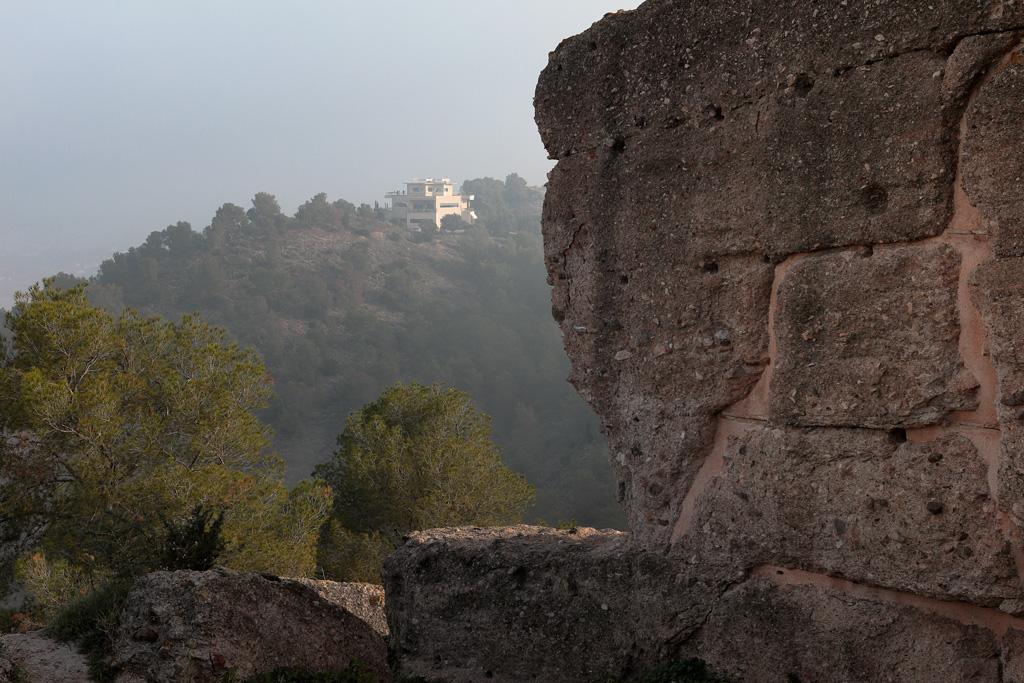 Parte del Muro del Castillo y al fondo el Centro de visitantes de La Luz