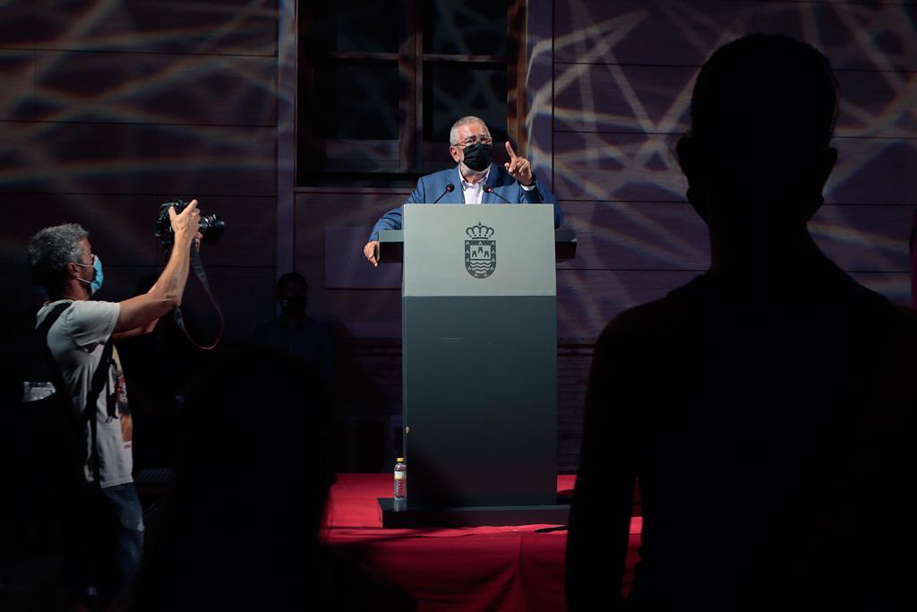 Presidente de la Asamblea Regional Alberto Castillo y el fotógrafo del diario de la Verdad Edu Botella