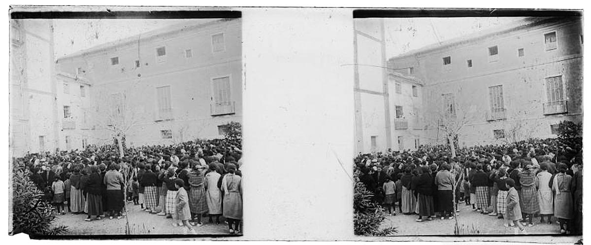 multitud reunida en la plaza del Convento de Santa Catalina del Monte