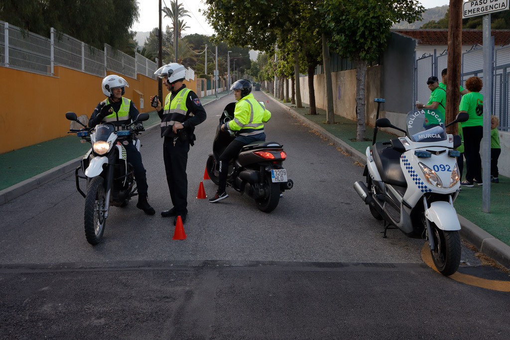 Cabo de policía local dando instrucciones