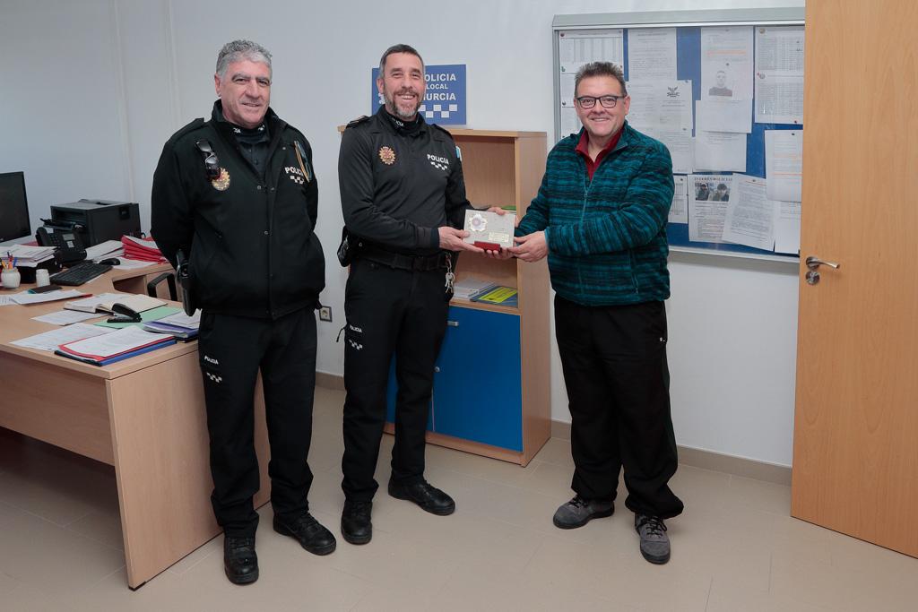 El equipo de Policía Local recibe un obsequio como agradecimiento por su colaboración