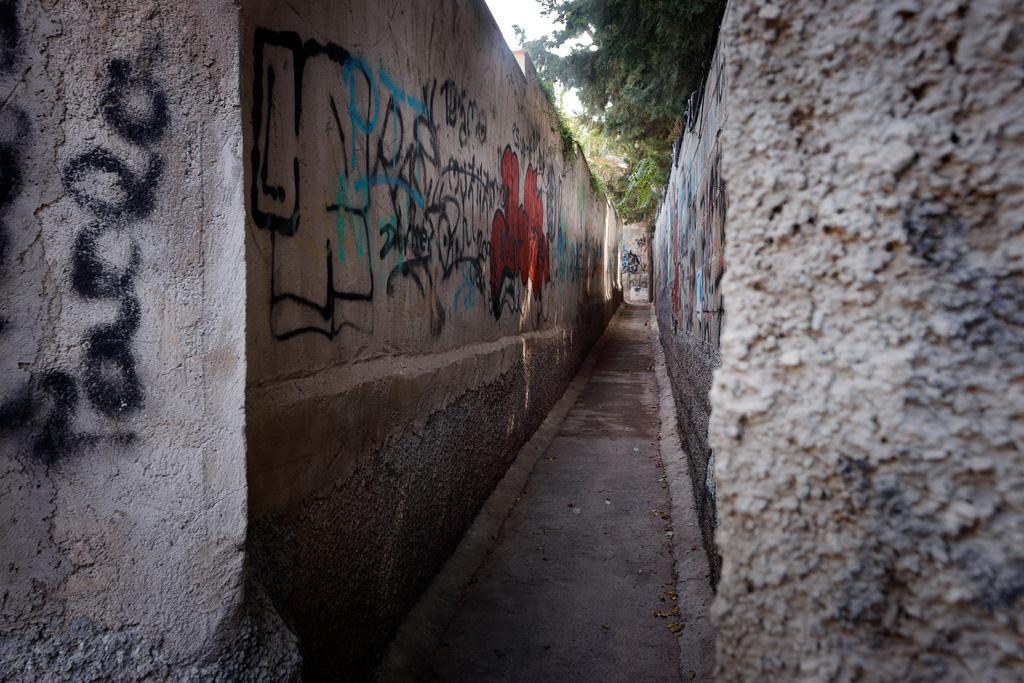 Callejón con grafitis en Santo Ángel