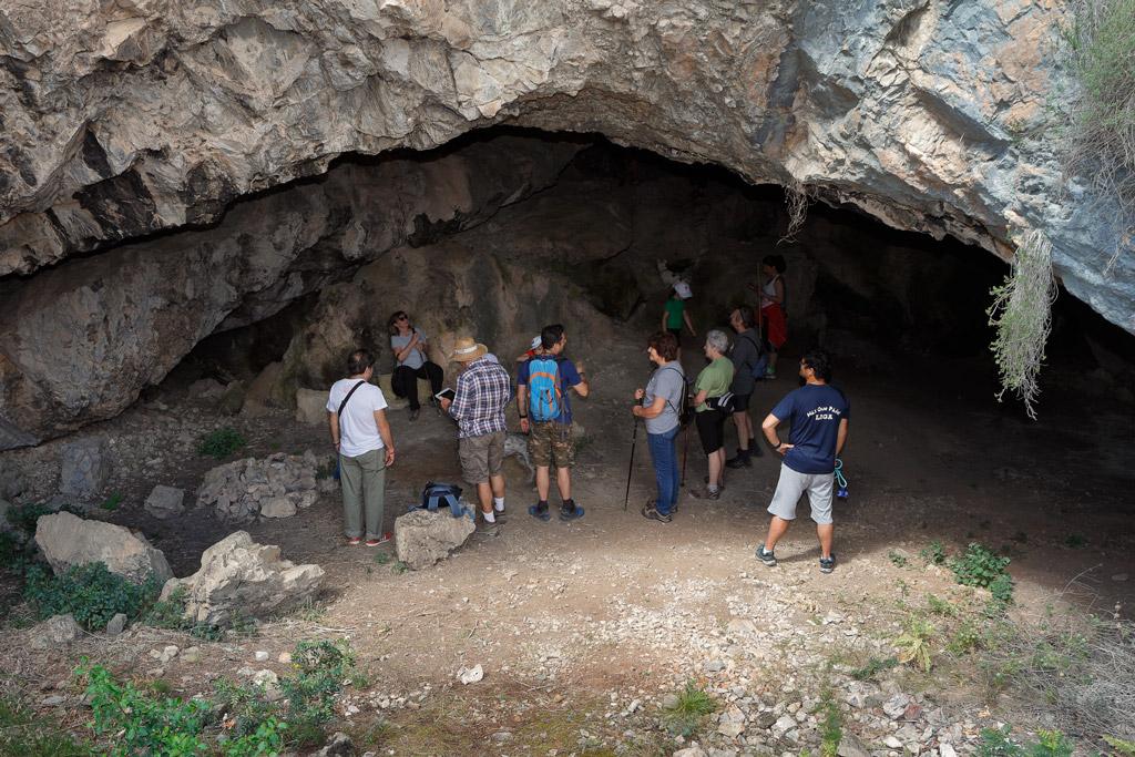 Visita a un Cueva durante una ruta organizado por la AVV de la Alberca