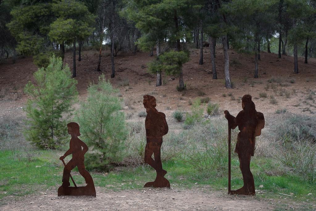 Estatuas de senderistas en la entrada del parque