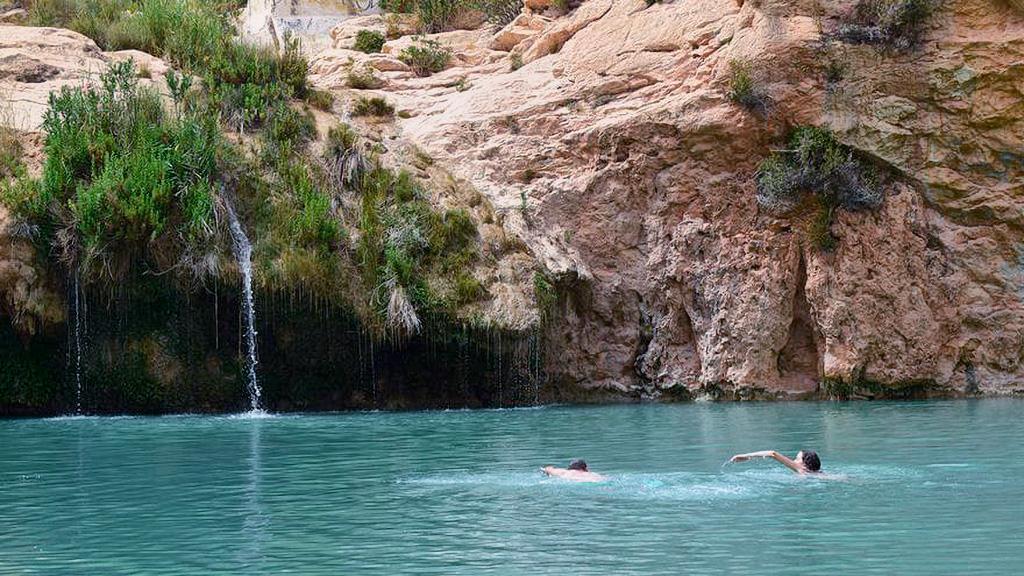 Baño refrescante en la fuente